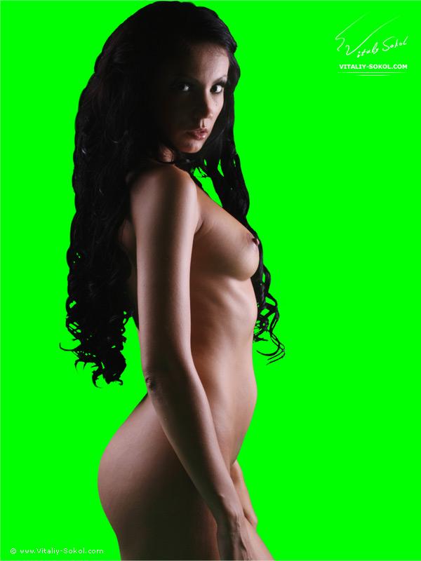 голая девушка на зеленом фоне
