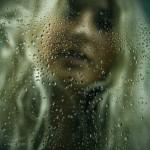 Красивая блондинка снятая через мокрое стекло
