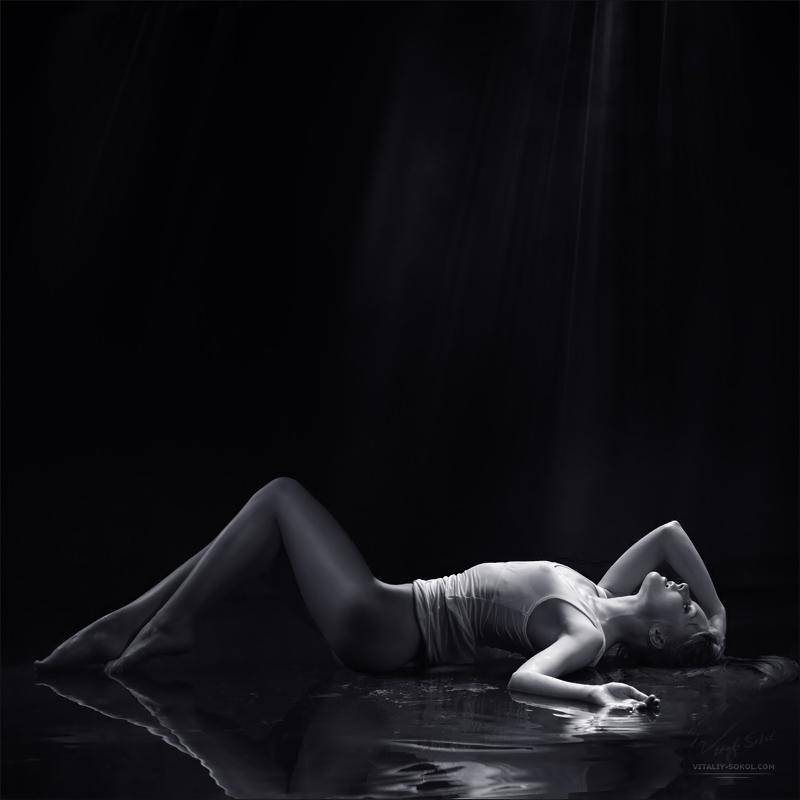 девушка в мокрой майке лежит в воде