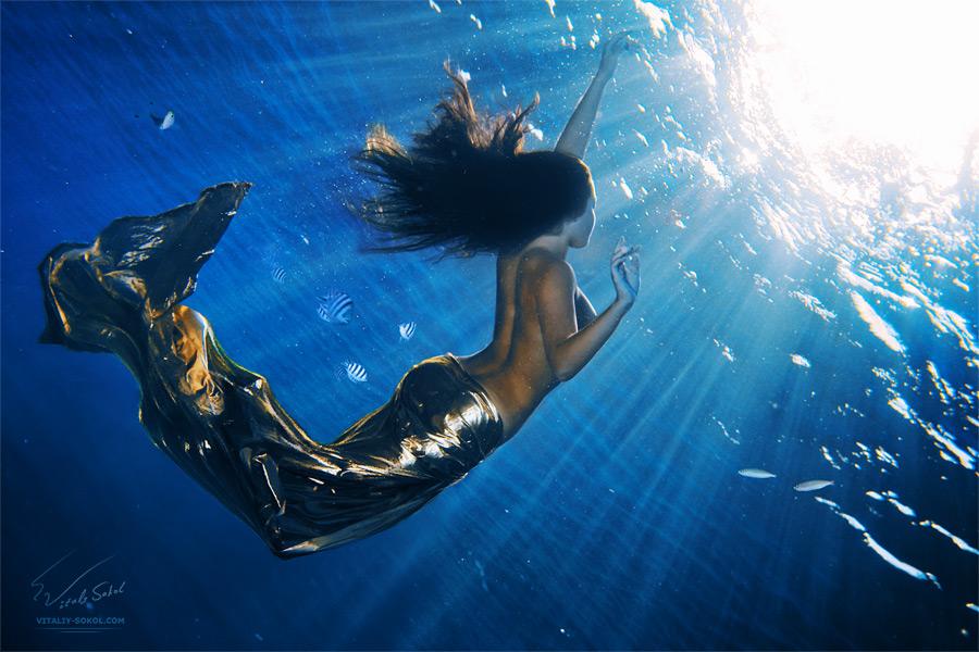 Подводная фотосъемка. Подводная эротика. Девушка под водой. Русалка в солнечных лучах.