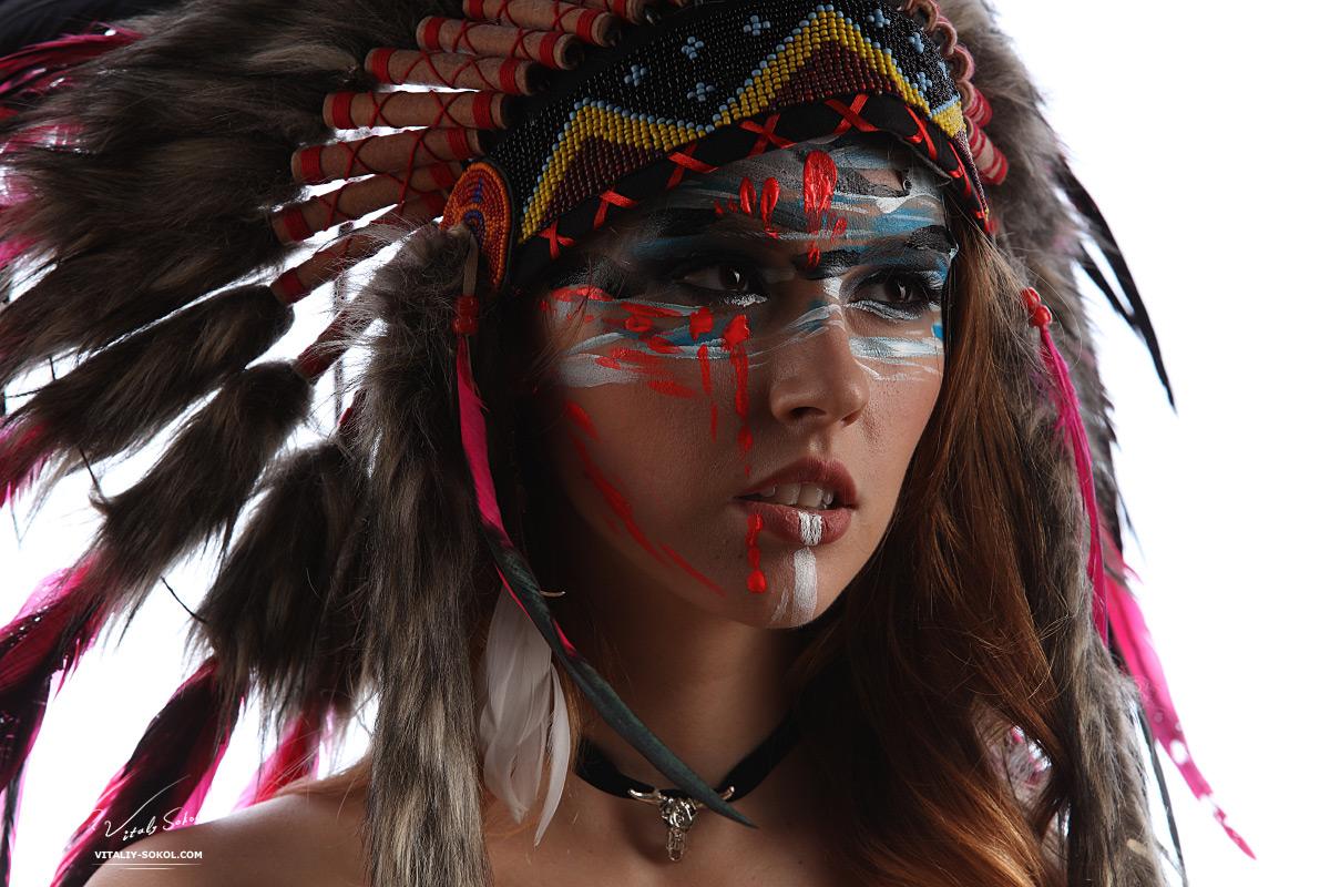 Портрет девушки в индейском головном уборе - роуч