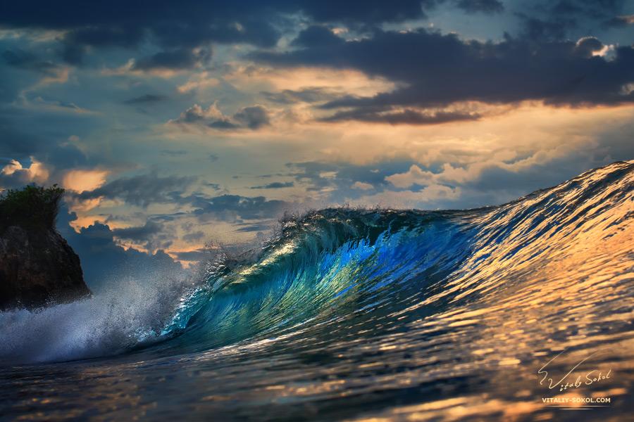 Океанская волна на фоне золотого заката. Фото Виталия Сокола