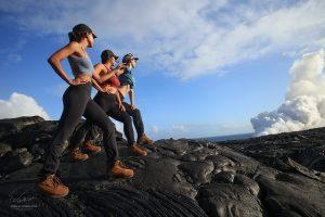 Девушки идут по чёрной вулканической лаве на острове Гавайи