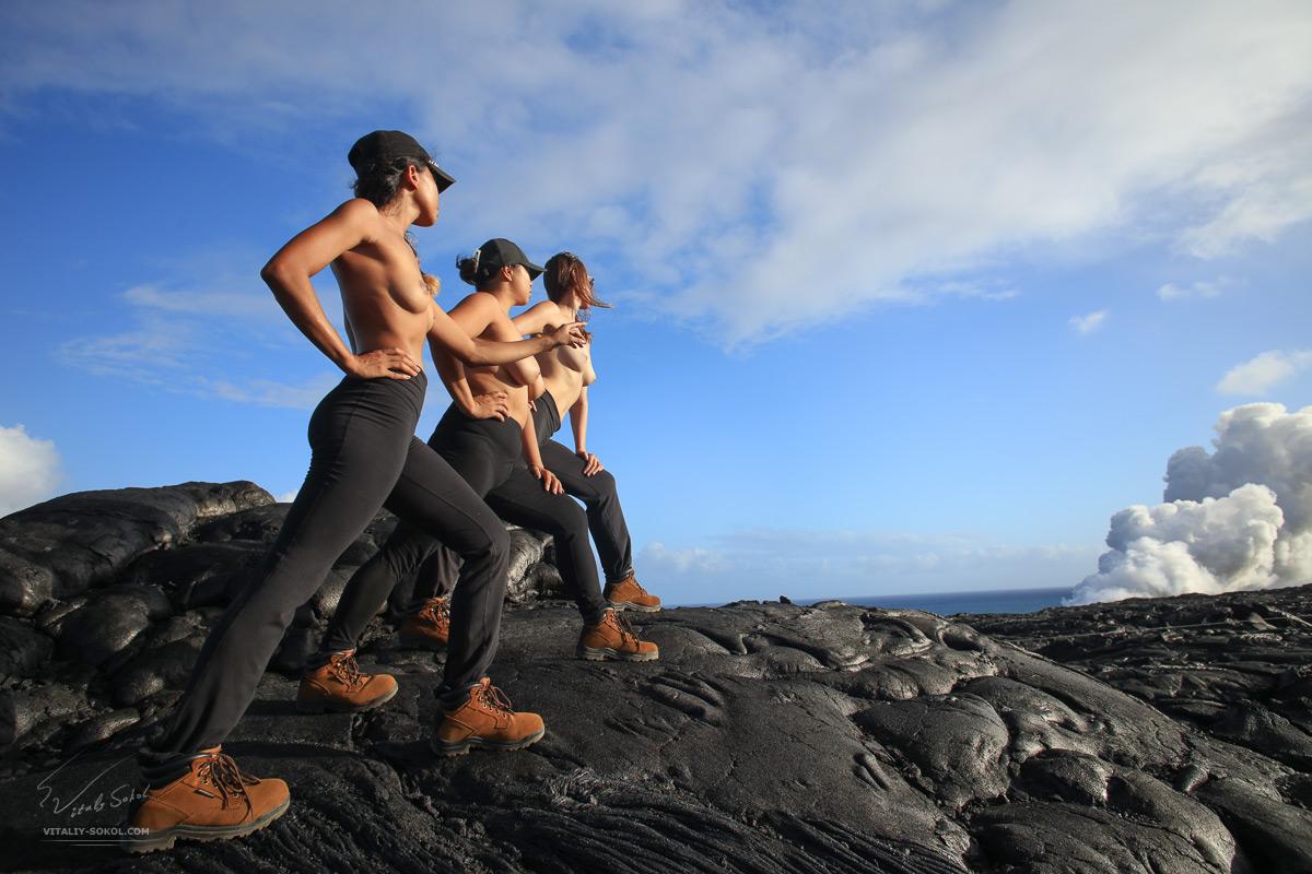 Три девушки позируют топлесс на вулканической лаве острова Гавайи