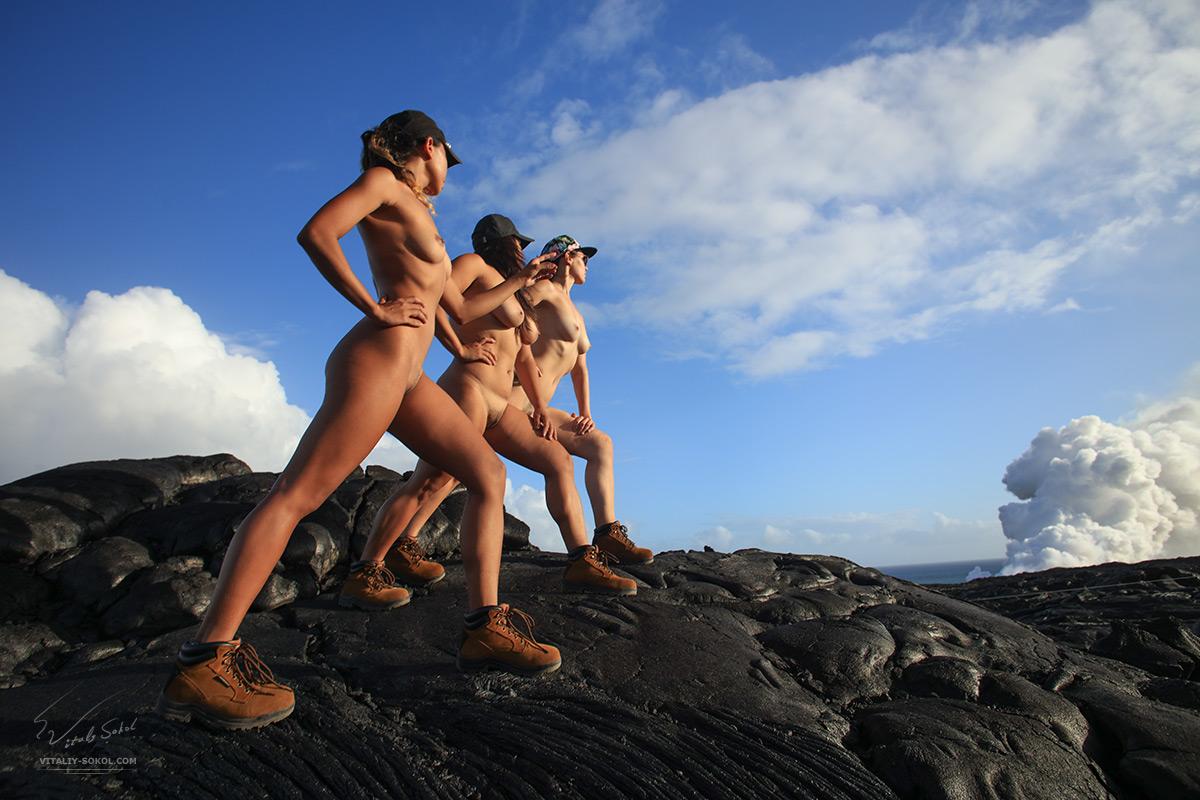 Обнажённые модели идут по чёрной вулканической лаве острова Гавайи